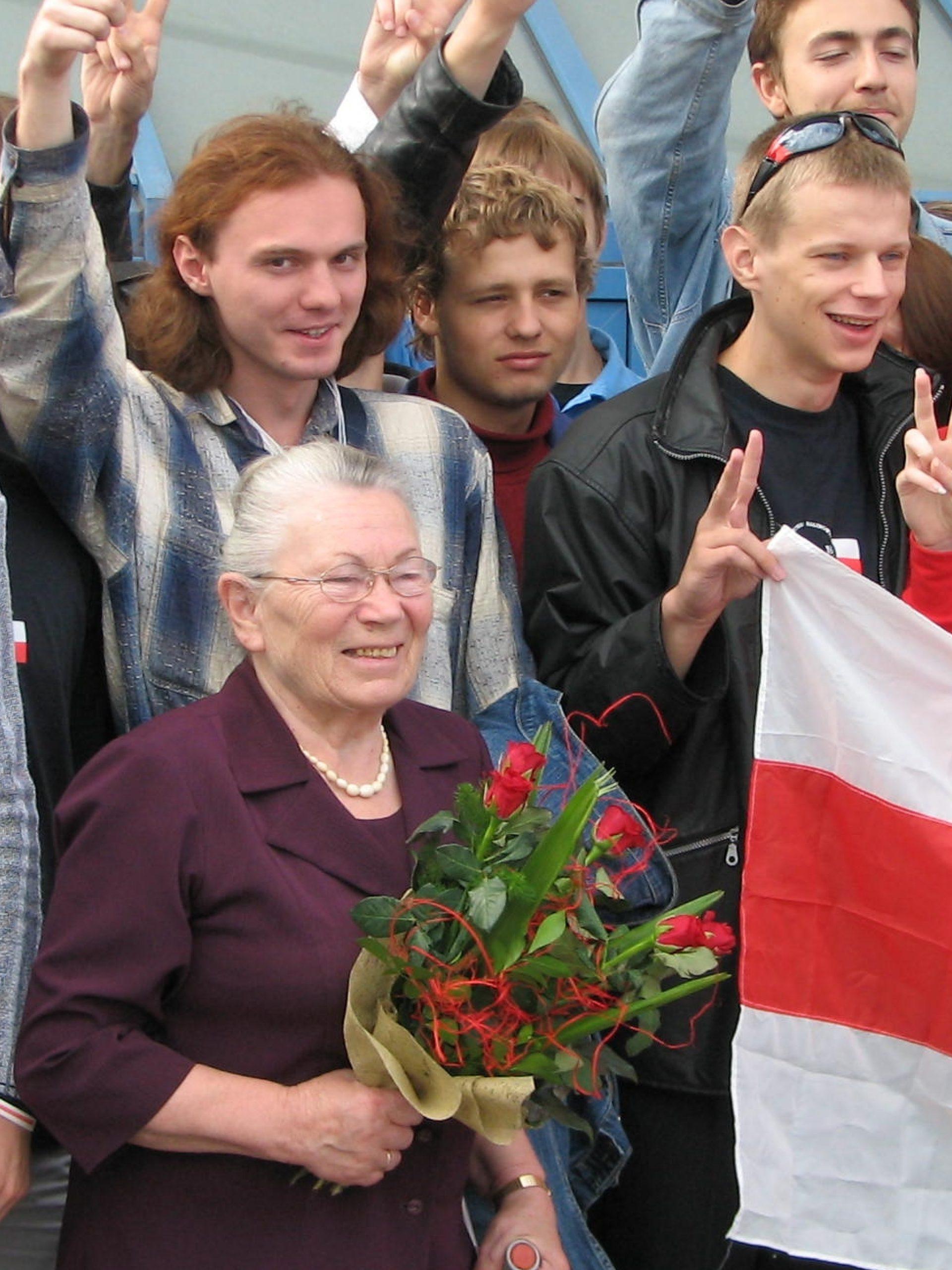 """Spotkanie w kolebce """"Solidarności"""" - Stocznia Gdańska - Anna Walentynowicz i Stypendyści Programu, sierpień 2006 r."""