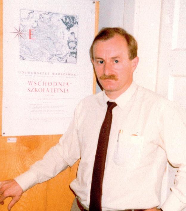 Dyr. Malicki obok plakatu I Wschodniej Szkoły Letnie, korytarz w budynku Instytutu Orientalistycznego, 1992 r.