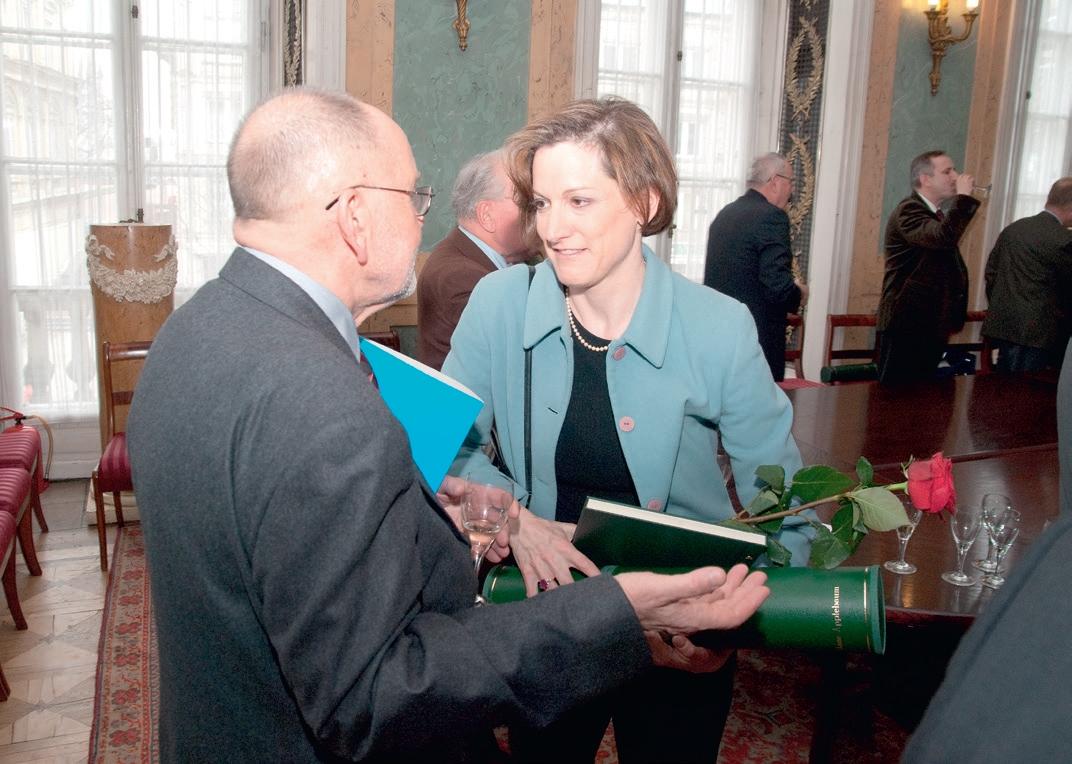 Członek Jury Nagród Przeglądu Wschodniego Adolf Juzwenko składa gratulacje nagrodzonej w 2004 r. Anne Applebaum